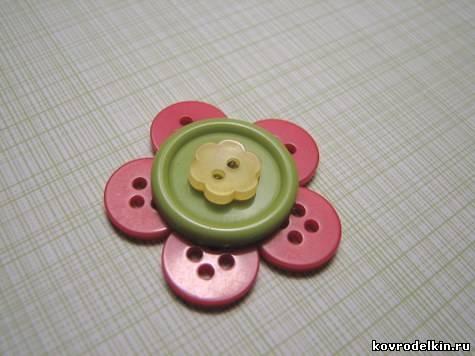 цветок из пуговиц, брошь из пуговиц